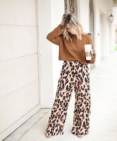 Fall style outfits Leopard Pants Ideas to Make You Look Stylish Easy Access Showers for the elderly Leopard Print Outfits, Leopard Print Pants, Animal Print Outfits, Leopard Fashion, Fashion Mode, Work Fashion, Printed Pants Outfits, Wide Pants Outfit, Leopard Prints