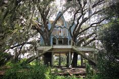 treehauslove:  Abandoned Victorian Tree House. A two-story replica of a Victorian-style home which also goes by the name of'Honky Ranch'. Located inSouth East Florida, USA.