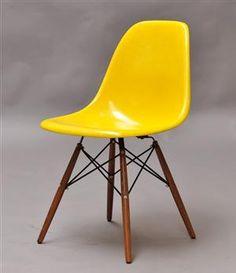 Charles & Ray Eames Plastic Side Chair DSW stol i gult (!) hade varit finfint i köket. via www.lauritz.com