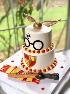 Birthday is a special day for everyone, and a perfect cake will seal the deal. Fantasy fictions create some of the best birthday cake ideas. Surprise your loved one with a creative cake that displays the best features of his/her favorite fantasy fictions! Harry Potter Torte, Harry Potter Desserts, Cumpleaños Harry Potter, Harry Potter Birthday Cake, Harry Potter Cupcakes, Dessert Party, 7th Birthday Cakes, Birthday Ideas, Birthday Cards