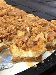 Äppelcheesecake-bars med kanelcrunch och karamellsås! – Alla goda ting Cookie Desserts, No Bake Desserts, Delicious Desserts, Yummy Food, Candy Recipes, Cookie Recipes, Dessert Recipes, Apple Recipes, Baking Recipes