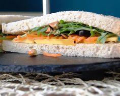 SANDWICH CHILL OUT - Uma sandes vegetariana, marcada pela cor e pela frescura...  Pão alentejano, rúcula e cenoura ripada, azeitonas, e manga fatiada polvilhada com pedaços de amêndoas!!!