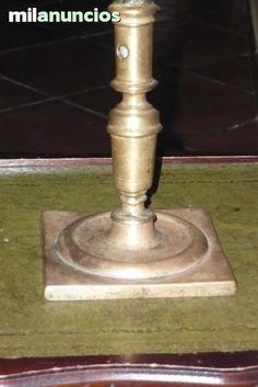 . Portavelas de bronce antiguo con base cuadrada.en buen estado ,con se�ales de los a�os. con gravado en la base atiendo wasapp