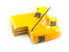 Entremets Mango Choco: Pâte sablé praliné / Biscuit chocolat allégé/ Crémeux mangue / Compotée de mangue / Mousse chocolat Alunga / Glaçage miroir jaune / Décors chocolat