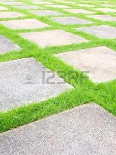 Mooie gras tegels lopen weg in de tuin Stockfoto - 12753994