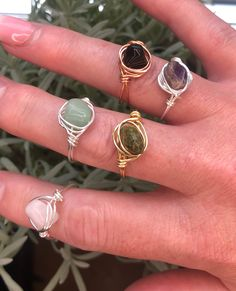 Wire Jewelry Rings, Wire Jewelry Designs, Handmade Wire Jewelry, Hand Jewelry, Cute Jewelry, Crystal Jewelry, Beaded Jewelry, Diy Crystal Rings, Handmade Rings