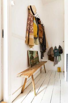 Lili in wonderland - Elle est petite, cette entrée, mais on y trouve les vêtements de toute la famille.