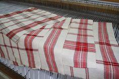 Notre choix s'est arrêté sur ce bel échantillon de tissus qui a inspiré le montage de linge à vaisselle le patron .... je vo... Weaving Projects, Tea Towels, Woven Fabric, Picnic Blanket, Hand Weaving, Montage, Knitting, Crochet, Crafts