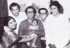 A nostalgic picture indeed: Amitabh Bachchan with Kishore Kumar who is holding his son Sumit, the singer's wife Leena Chandavarkar, late wrestler-actor Dara Singh and comedian Agha. Beautiful Bollywood Actress, Beautiful Indian Actress, Dara Singh, Calming Pictures, Nostalgic Pictures, Kishore Kumar, Indian Music, Romantic Mood, Bollywood Photos
