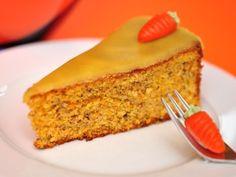 Die Karottentorte nach diesem einfachen Rezept ist eine schöne Abwechslung zu den üblichen süßen Kuchen. Besonders schön sieht sie mit einer Dekoration aus Marzipankarotten aus.