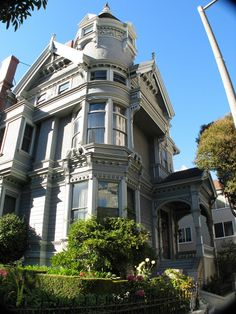 Haas-Lilienthal House is located in San Francisco and it is an excellent example of Victorian architecture found in the city. It was built in 1886 by German immigrant, William Haas. She's beautiful! Architecture Design, Victorian Architecture, Beautiful Architecture, Beautiful Buildings, Beautiful Homes, Beautiful Places, Classic Architecture, World Trade Center, San Francisco Victorian Houses