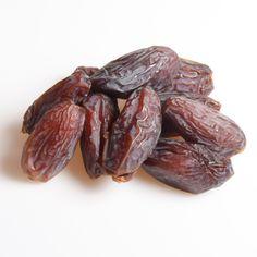 Friske dadler - saftige og lækre Sunde snacks til enhver lejlighed. Se de mange nøddetyper på:  http://www.frugtkurven.dk/noeddekurve/Noedderne