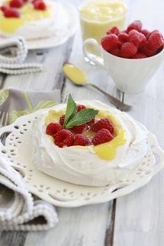 Mini Pavlova with Lemon Curd and Raspberries is a great recipe for Easter or Mother& Day dessert. Pavlova is perfect to use up extra egg whites. Lemon Curd Pavlova, Raspberry Pavlova, Mini Pavlova, Raspberry Meringue, Just Desserts, Delicious Desserts, Dessert Recipes, Breakfast Recipes, Raspberries