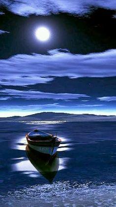 Boot schaukelt gemütlich im Wasser, einer klaren Vollmondnacht. Moon Pictures, Pretty Pictures, Cool Photos, Beach Pictures, Ciel Nocturne, Shoot The Moon, Beautiful Moon, Blue Moon, Stars And Moon