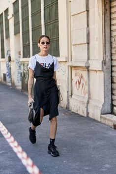 Perfect dress outfit from the Milan Fashion Week. Perfect dress outfit from the Milan Fashion Week. Look Fashion, High Fashion, Fashion Outfits, Womens Fashion, Fashion Design, Street Fashion Winter 2018, Milan Street Fashion, Spring Street Fashion, Fashion 2018
