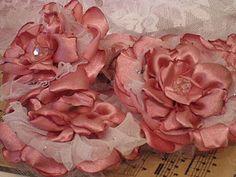 Tutorial on flowers; http://vintiquitiesworkshop.blogspot.com/2012/01/free-flower-tutorial.html