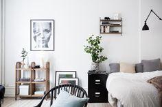 wohn- und Schlafbereich: Aus 47qm ein stylisches Zuhause zaubern? Das Göteborger Apartment in schlichtem Weiß und mit zartem industriellem Charme. Mehr auf roomido.com #roomido