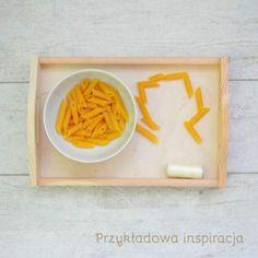 Taca drewniana, nawlekamy makaron, aktywność dla maluchów, inspirowane Montessori.