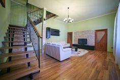 Apartament în centrul orașului, la casă, cu terasă și mansardă, spațios, finisaje moderne, curte comună amenajată.  Apartamentul se desfășoară pe o suprafață construită de 185 mp și este compus după cum urmează: sufragerie, bucătărie, 2 băi, 4 dormitoare, wc serviciu, scară interioară. Divider, Modern, Furniture, Home Decor, Home Furnishings, Interior Design, Home Interiors, Decoration Home, Tropical Furniture