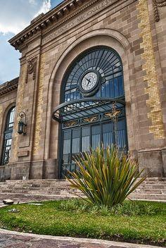 Reloj en la fachada en la antigua estación de tren Durango Mexico