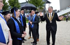 Der Rektor beglückwünscht Absolventen auf dem Graduiertenfest 2015