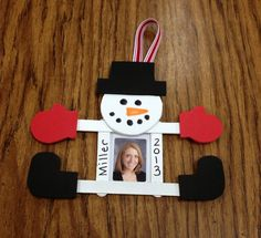 Snowman Christmas Crafts For Kids Crafts Christmas Decoration For Kids, Christmas Diy, Christmas Snowman, Christmas Ornaments With Pictures, Christmas Express, Simple Christmas Crafts, Popsicle Stick Christmas Crafts, Picture Frame Ornaments, Holiday Decorating