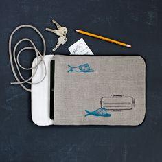 """Tablet-Hülle """"Schneckenpost"""" aus dem Buch """"Natürlich schick gestickt"""" von Lisa Blum-Minkel / Foto: Anne Naumann"""