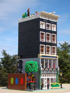 Here is my latest Lego modular building based on some of the old buildings in Amsterdam. Lego Modular, Lego Design, Modele Lego, Lego Structures, Lego Pictures, Lego System, Lego Trains, Amsterdam, Lego Blocks