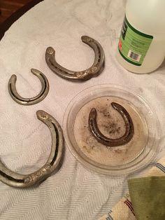 (ish) Soak in white vinegar and scrub with steel wool pad Horseshoe Projects, Horseshoe Crafts, Horseshoe Art, Horseshoe Ideas, Horseshoe Decorations, Western Crafts, Western Decor, Cowboy Crafts, Welding Art
