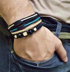 Kit 2 pulseiras, confeccionadas com couro legítimo na cor preta, couro trançado sintético, fios de algodão, contas diversas.  Comprimento: ajustável.  Podem ser usadas separadas.  INFORME A MEDIDA DO PULSO PARA MELHOR AJUSTE.  Pulseiras artesanais exclusivas - FLOR ETERNA BIJOUX R$ 52,00