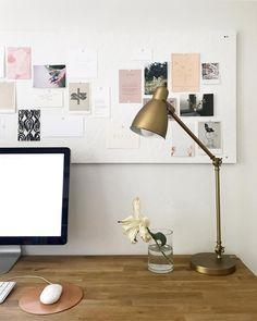 Une jolie lampe cuivrée / dorée pour accessoiriser son espace bureau.