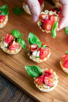 Bruschetta Phyllo Cups are a quick and easy appetizer recipe that's sure to rock. Bruschetta Phyllo Cups are a quick and easy appetizer recipe that's sure to rock your next party Quick And Easy Appetizers, Easy Appetizer Recipes, Healthy Appetizers, Potluck Appetizers, Snacks Recipes, Healthy Recipes, Phyllo Recipes, Balsamic Glaze Recipes, Bruschetta Toppings