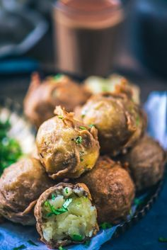 Farali Batata Vada has this toothsome base of potatoes which is sauteed with spices and finally its fritters are made by coating it with kuttu ka aata. Indian Snacks, Indian Food Recipes, Vegetarian Recipes, Breakfast Recipes, Snack Recipes, Cooking Recipes, Eat Breakfast, Tempeh, Tofu