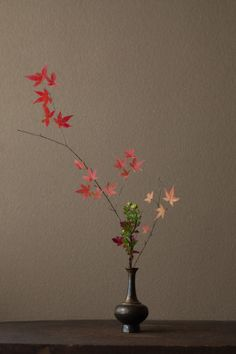 ikebana by Toshiro Kawase 川瀬敏郎 Ikebana Flower Arrangement, Flower Vases, Floral Arrangements, Arte Floral, Japanese Flowers, Japanese Art, Love Flowers, Beautiful Flowers, Arreglos Ikebana