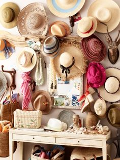 A hat rack would give organization to your collection of hats. Besides, a DIY hat rack would give you advantageous compared to ready-to-buy products. Diy Hat Rack, 2 Kind, Love Hat, Town And Country, Country Living, Mori Girl, Summer Hats, Hat Pins, Classy Women