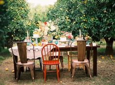 Dining al fresco on mismatched chairs in an orchard. Jardin Style Shabby Chic, Shabby Chic Garden, Shabby Chic Kitchen, Mesas Shabby Chic, Shabby Chic Decor, Outdoor Dinner Parties, Garden Parties, Party Outdoor, Summer Parties