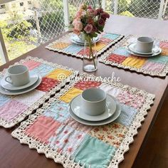 Crochet/Fabric Coasters via AncasWelt Adaptando um ótimo jogo americano - fabric and crochet coasters by Anca Die Welt vo Patchwork Tutorial, Patchwork Ideas, Crochet Kitchen, Crochet Home, Crochet Fabric, Lace Fabric, Fabric Crafts, Sewing Crafts, Crochet Projects
