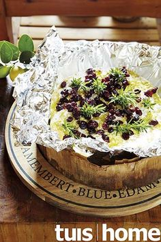 Baked Camembert with cranberries - TUIS Baked Camembert, South African Recipes, Banting, Appetisers, Fabulous Foods, Cranberries, Party Snacks, Acai Bowl, Recipies