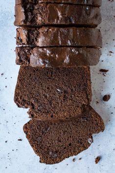 A loaf of sliced vegan double chocolate banana bread on a grey background. Vegan Banana Bread, Chocolate Banana Bread, Vegan Bread, Healthy Chocolate, Chocolate Brownies, Chocolate Recipes, Vegan Cafe, Healthy Eating Tips, Vegan Baking