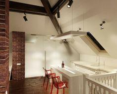 Wohnideen mit Dachschräge - Eine kleine, moderne Küche in Weiß