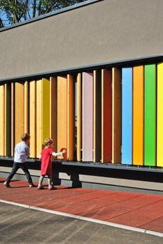Façade ludique, vibrante et colorée d'un jardin d'enfants par Jure Kotnik en slovénie.