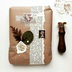 Embrulho de presente com papel pardo – Stationery 2020 Creative Gift Wrapping, Creative Gifts, Mail Art Envelopes, Pen Pal Letters, Gifts For Bookworms, Envelope Art, Diy Gifts, Handmade Gifts, Wax Seal Stamp