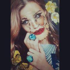 Carolina Mera  Collage Materiales: recortes de revistas, hilos para bordar, maquillaje  2014