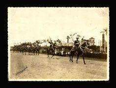 FOTO ADOGIS. Fotografia de desfile militar de 7 de Setembro pela Guarda Nacional, na praia do Russell, Rio de Janeiro, assinada pelo fotógrafo,1905. 12,8 x 17,5 cm. O nome do fotógrafo pode ser outro, de vez que a assinatura não é facilmente legível.