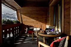 Dettaglio di camera con terrazzo dell'hotel Alpina Gstaad – Svizzera