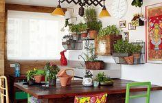 A varanda gourmet é a queridinha da casa. Na parede, a coleção de plantas da moradora habita vários cachepôs diferentes, inclusive uma caixa de madeira. Projeto da designer de interiores Carol Lovisaro, em parceria com a arquiteta Fernanda Lovisaro