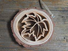 Rustikale Holz Blatt-Ornament  Die rustikale Holz Ornament zeigt eine offene, Spitzen Ausschnitt eines Blattes.  Ein Stück Holz aus den Leib einer Tanne ist die Basis für diese einzigartige Verzierung. Das komplexe Bild wurde mit einer Dekupiersäge von hand geschnitten. Die Rinde bleibt auf dem Holz und das Holz ist unfertig für ein sehr natürliches Aussehen.  Das Ornament ist ca. 3 1/2 Zoll (8,9 cm) im Durchmesser. Es ist etwa 5/16 Zoll (8 mm) dick. Das Ornament hängt von einer Sch...