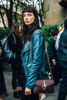 スナップクイーンは誰!? ロンドンコレを盛り上げたファッショニスタたち。 | Vogue Japan London Fashion Weeks, Fashion Week 2016, Fashion 2017, Streetstyle 2016, Bella Hadid Outfits, Layered Fashion, Style Casual, Autumn Street Style, Vogue Fashion