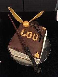 Gâteau sur le thème Harry Potter  Découvrez comment le réaliser vous-même avec un tutoriel en images sur mon blog Les délices d'Anaïs.  https://lesdelicesdanais.net/tutoriels/harry-potter/  #cakedesign #tutoriel #gateau #patisserie #pateasucre #gâteau #anniversaire #birthday #birthdaycake #cake #HarryPotter #Poudlard #snitch #baguettemagique