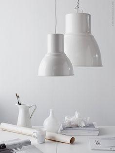 Skapa ett poetiskt stilleben helt i vitt med SOCKERÄRT vas, SALONG vas och SANNING mugg. Det skira uttrycket balanseras upp med lampornas rejäla proportioner och industriella karaktär.
